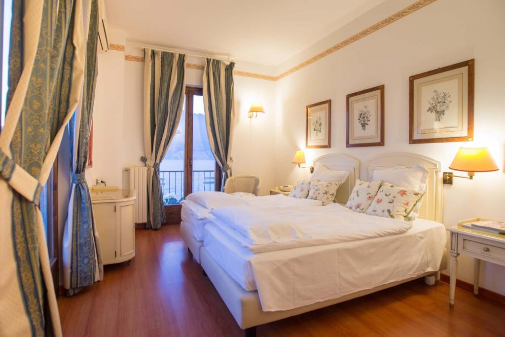 <b>Camere e suite  </br>fronte lago</b>