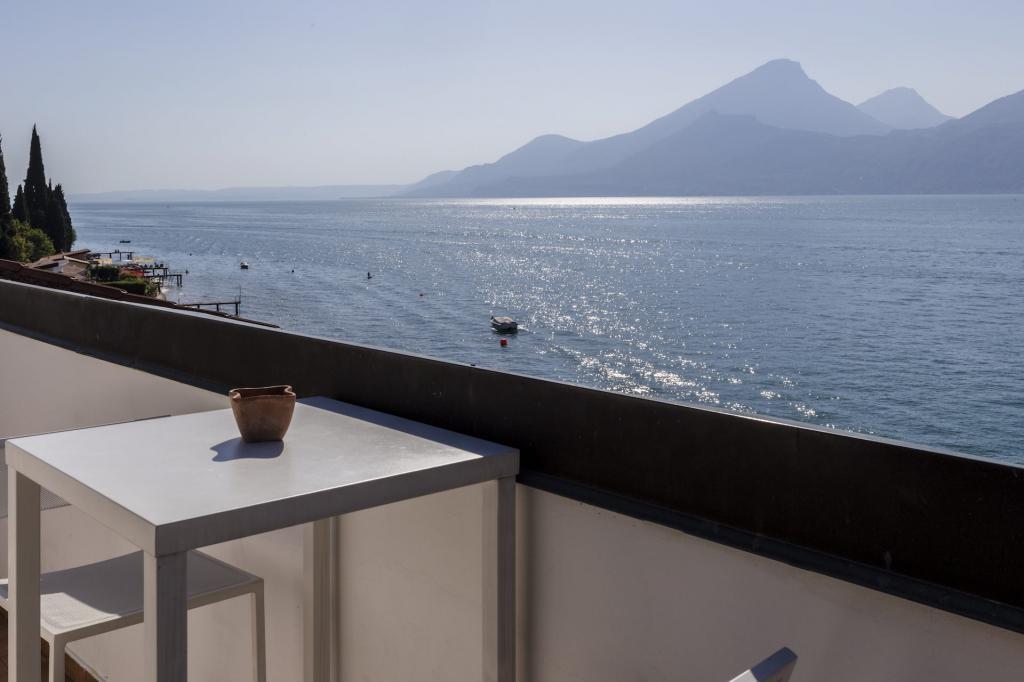 <b>Roof balcony vista lago di garda hotel a Brenzone</b>